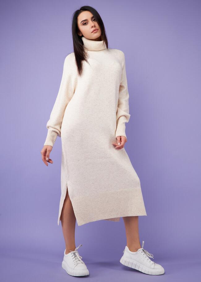 Сукня в'язана міді з високим горлом.
