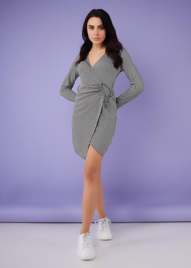 Сукня на запах з декоративним елементом.
