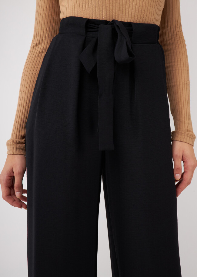 Прямі штани з декоративним поясом.