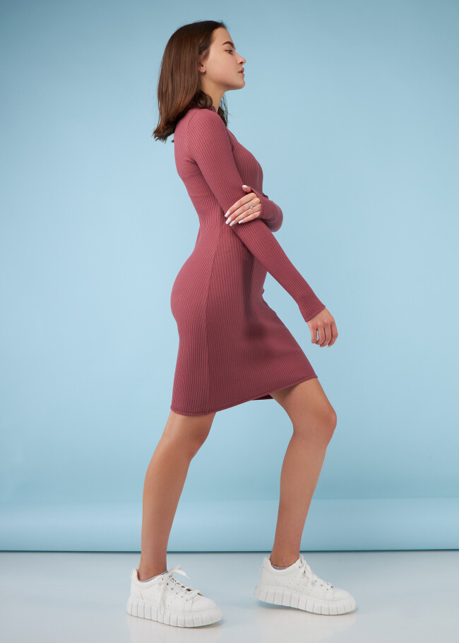 Сукня з застібкою та високим коміром